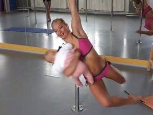 Profesyonel dansçı, kucağında bebeğiyle direk dansı yaptı!