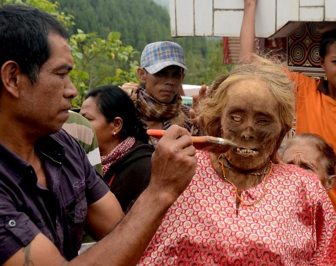 Ölülerine kıyafet geydiriliyor! galerisi resim 10