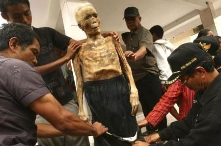 Ölülerine kıyafet geydiriliyor! galerisi resim 2