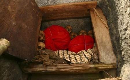 Ölülerine kıyafet geydiriliyor! galerisi resim 4