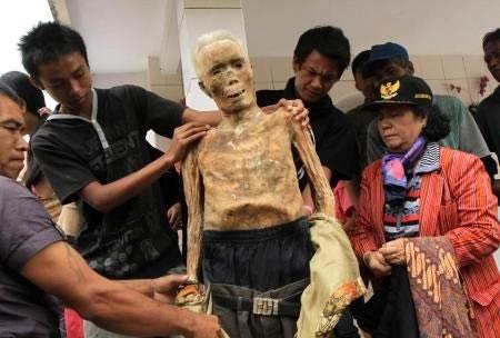 Ölülerine kıyafet geydiriliyor! galerisi resim 6