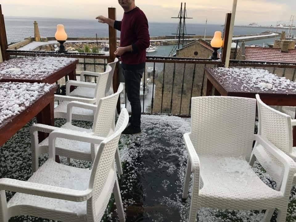 Girne'de ceviz kadar dolu yağdı. İşte görüntüler galerisi resim 1
