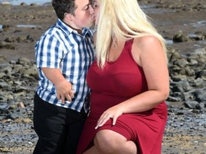 Düğününde tabureye çıkmıştı, İngiltere'nin en kısa adamı, baba oldu