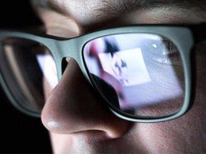 Cinsel içerikli sitelere giriyorsanız dikkat! Ön kameranız hacker'l