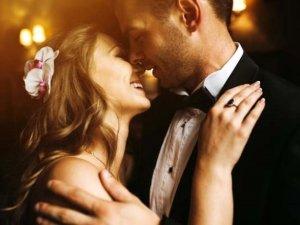 Gelin ve damat düğünün ortasında cinsel ilişkiye giriyor!