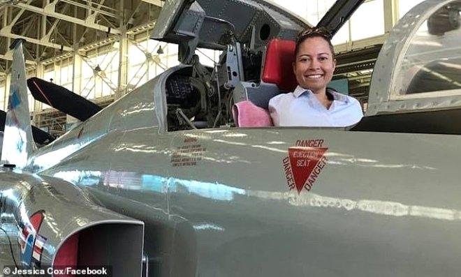 Doğuştan elleri olmayan kadın ayakları ile uçak kullanan ilk pilot oldu! galerisi resim 1