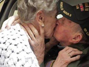 Aşıklar 75 yıl sonra buluştu, göz yaşları sel oldu