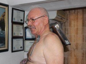 Metalleri taşımak onun için çok kolay: 'Mıknatıs adam'