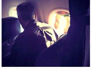 Uçakta mide bulandıran görüntü! Islak çoraplarını pencereye astı