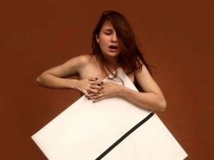 Sıra dışı yetenek! Göğüsleriyle muhteşem resimler yapan genç kızı görenl