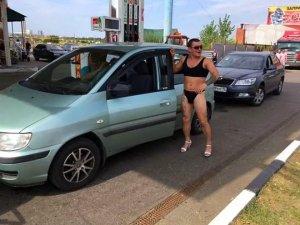Benzin istasyonu, bikinili müşterilerine ücretsiz yakıt vereceğini duyur