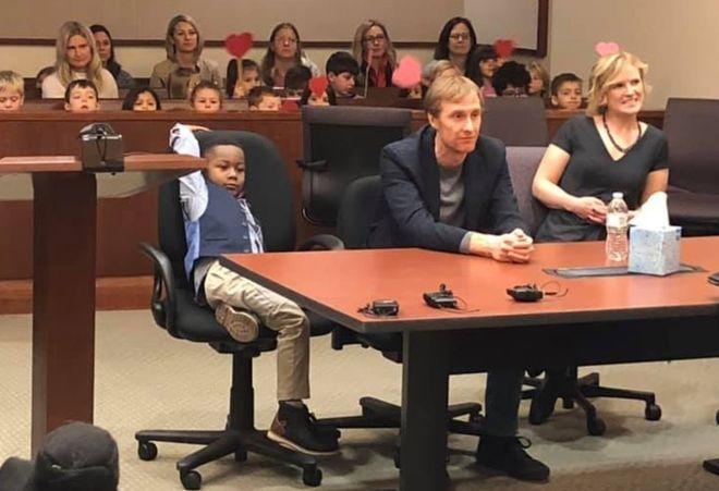 5 yaşındaki Michael'ın evlatlık verilme oturumuna sınıf arkadaşları galerisi resim 1
