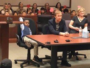 5 yaşındaki Michael'ın evlatlık verilme oturumuna sınıf arkadaşları