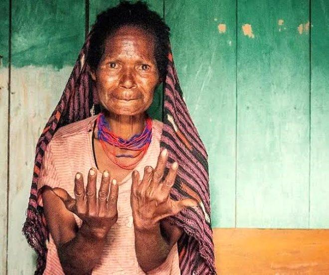 Sevdiği biri ölünce parmaklarını kesiyorlar galerisi resim 6