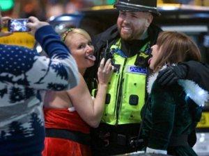 İngiltere'de Noel kutlamaları sokaklara taştı!