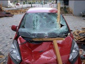 Hatay'da kopan çatı otomobillerin üzerine düştü