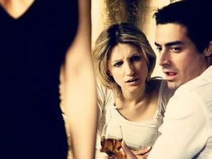 Erkekler neden başka kadınlara bakar ?