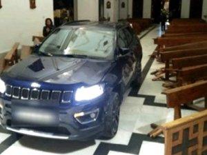 'Şeytan'dan kaçtım' diyen sürücü arabasıyla kiliseye dald