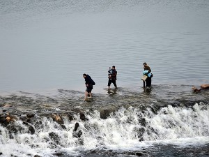 Sığınmacılar, kucaklarında bebekleriyle Meriç nehrinden geçtiler