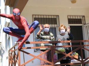 Antalyalı 'Örümcek Adam' koronada insanlara yardım ediyor
