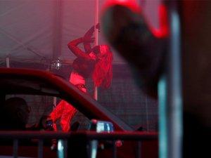 Striptiz kulüplerinde Corona çözümü: Açık havada dans ediyorlar