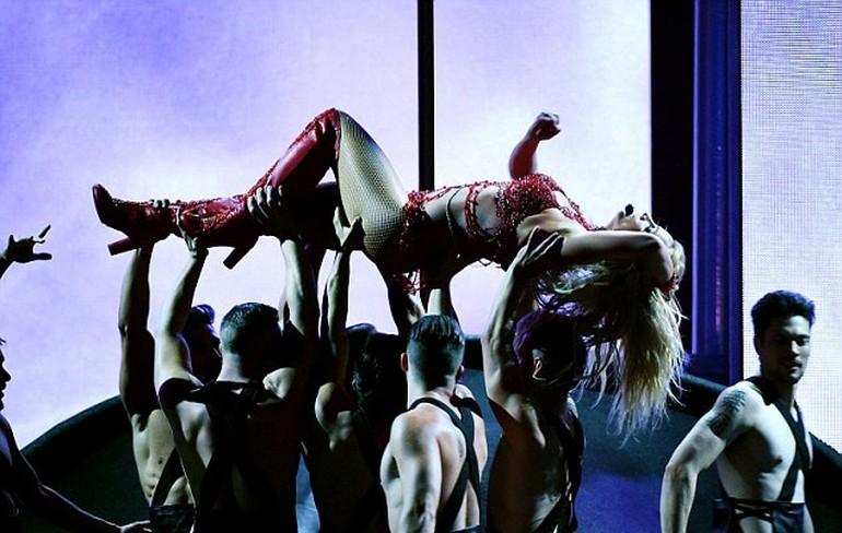 Britney Spears, ateşli direk dansı ile dikkat çekti galerisi resim 1
