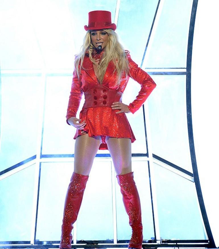 Britney Spears, ateşli direk dansı ile dikkat çekti galerisi resim 3