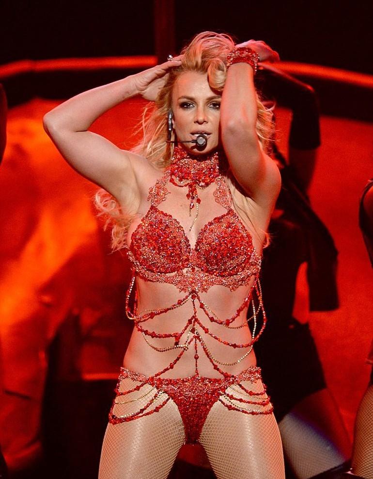 Britney Spears, ateşli direk dansı ile dikkat çekti galerisi resim 4