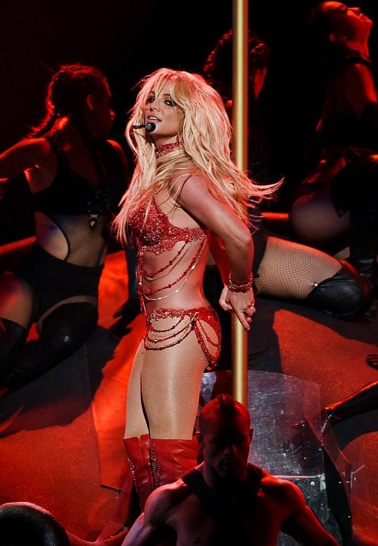 Britney Spears, ateşli direk dansı ile dikkat çekti galerisi resim 5