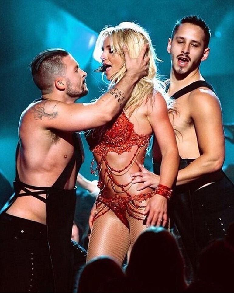 Britney Spears, ateşli direk dansı ile dikkat çekti galerisi resim 7