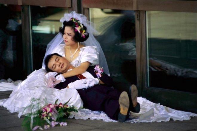 Evlenen çift, misafirlerin gözü önünde ilişkiye giriyor galerisi resim 1
