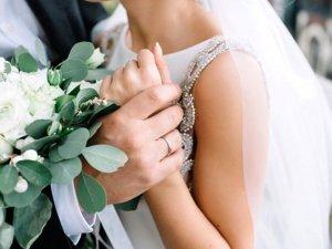Evlenen çift, misafirlerin gözü önünde ilişkiye giriyor