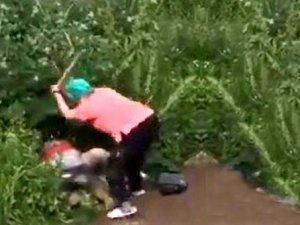 Yaşlı kadın, çalıların arasında cinsel ilişkiye giren çifti sopayla dövd