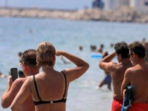 Konyaaltı Sahili'nde görülen Türk denizaltısı turistleri şaşırttı