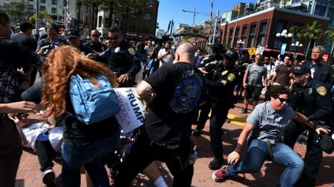 Trump'ın San Diego mitinginde kavga çıktı galerisi resim 1