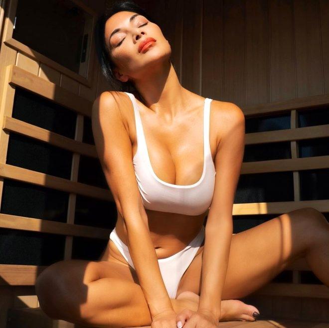 Sauna keyfi yapan 42 yaşındaki şarkıcı kağıt kadar ince bikinisiyle poz  galerisi resim 1