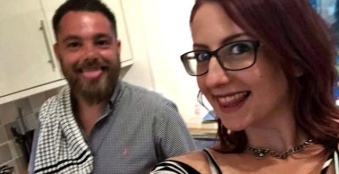 Kız arkadaşıyla birlikte, başkalarıyla cinsel ilişkiye giren polis memur galerisi resim 1