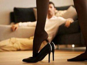 23 yaşındaki kadın, annesini kocasıyla yatakta bastı