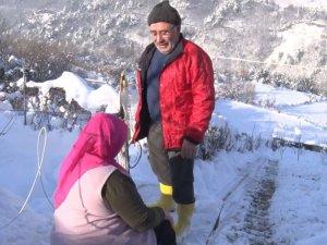 Hasta eşi yürümekte zorlanınca iki dağın arasına 70 metrelik teleferik i
