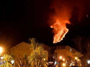 Fotoğraflarla: Etna Yanardağı'ndaki patlamalar Sicilya gecelerini aydınl