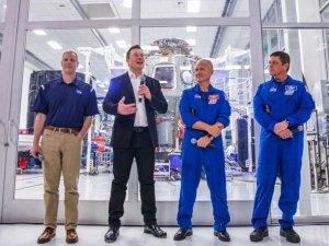 NASA, Ay'a gidecek insanlı kapsülün inşası için Elon Musk'ı se
