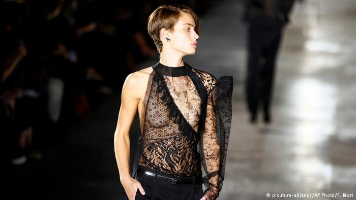 Paris Moda haftası: Siyah dantel ve derinin birleşimi galerisi resim 2