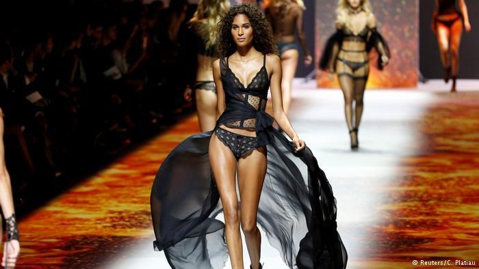 Paris Moda haftası: Siyah dantel ve derinin birleşimi galerisi resim 7