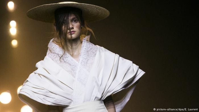 Paris Moda haftası: Siyah dantel ve derinin birleşimi galerisi resim 9