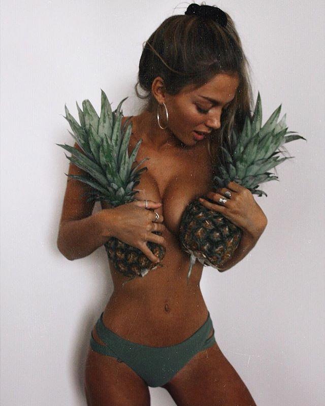 Ünlü modeller meyvelerle poz verdi. galerisi resim 1