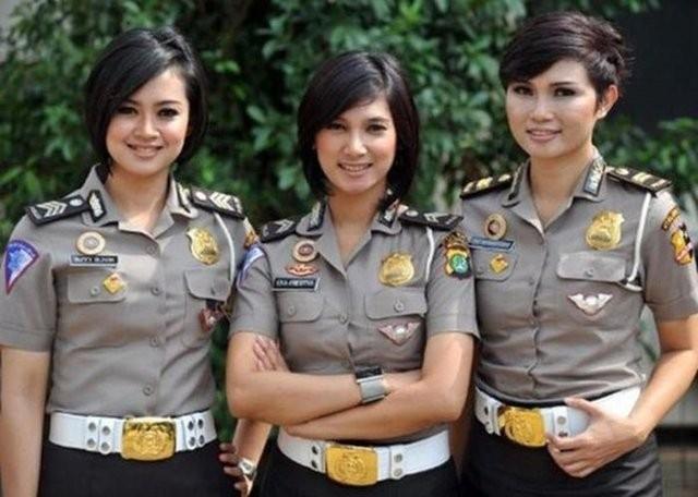 İşte dünyadan kadın polisler galerisi resim 2