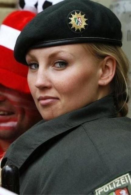 İşte dünyadan kadın polisler galerisi resim 5