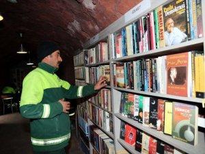 Temizlik işçilerinin kütüphanesinde 25 bin kitap oldu