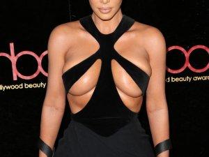 Kim Kardashian sansasyon için dekolteyi abarttı