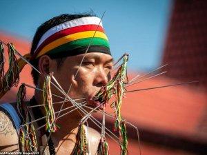 Korkunç Festival:Yüzlerini Şiş Ve Kılıçla Delip Geçiyorlar